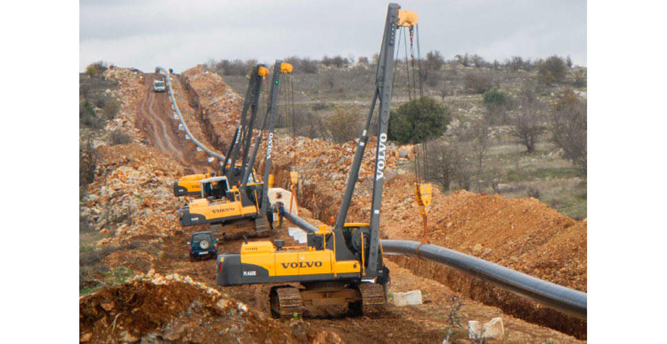 Tough, hilly conditions pose no problem for the Volvo PL4608 pipelayers.