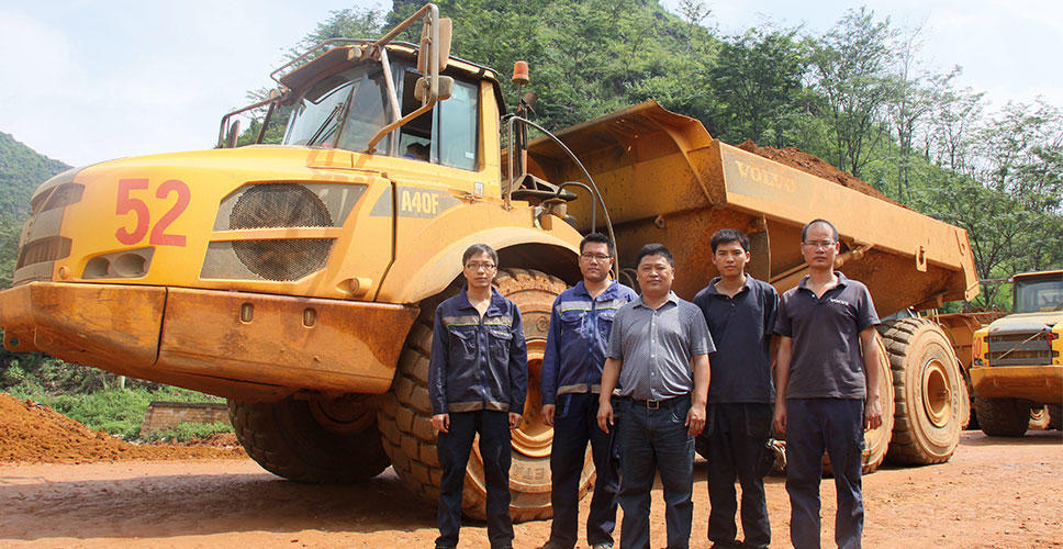General manager Mo Chunyun, Guangxi Zonghnan Huaxing Machinery, with a team of Volvo Construction Equipment after-sales personnel.