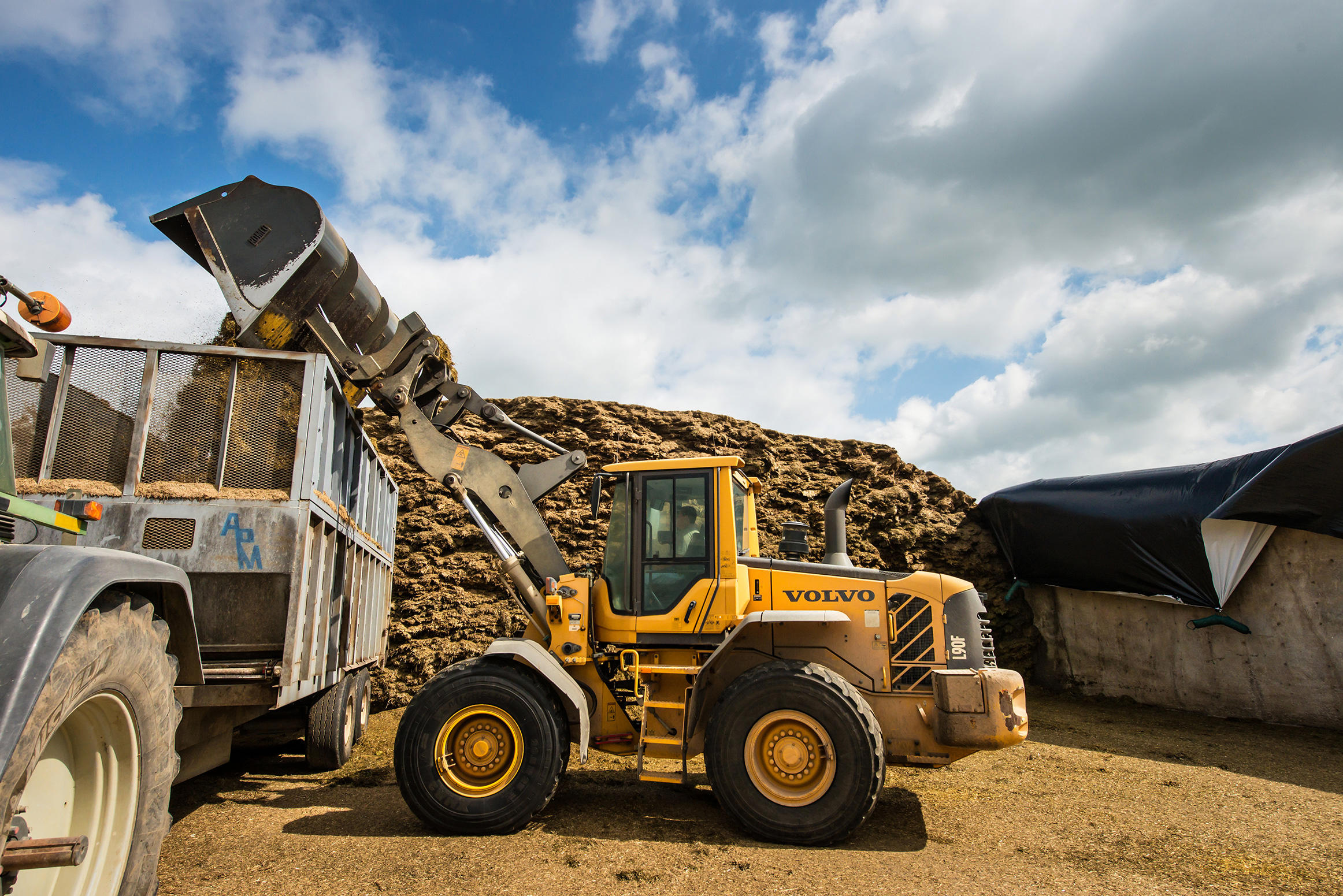 The intelligent load-sensing hydraulic system helps the operator better control both the Volvo L90F wheel loader and the load