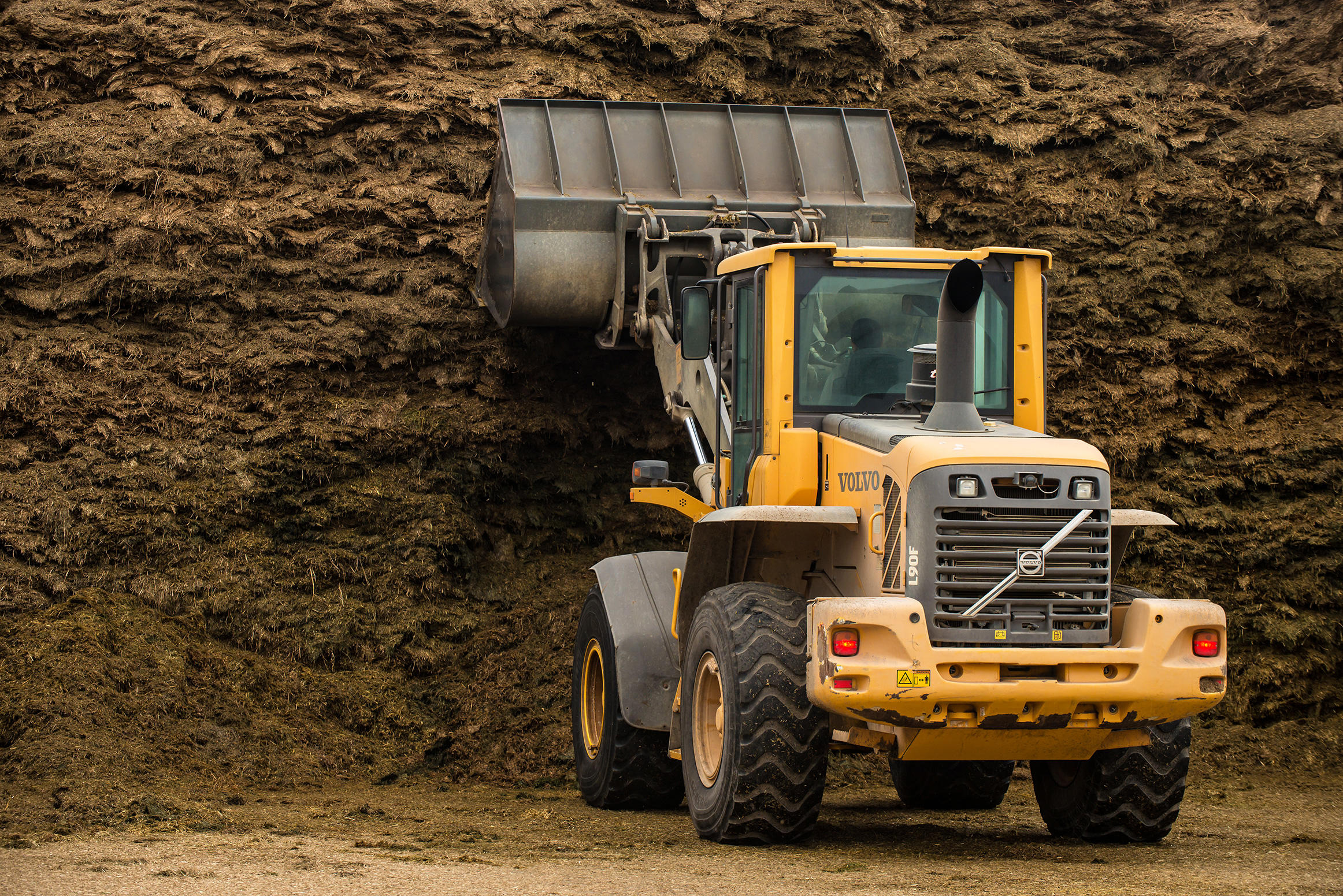 Volvo's TP-linkage, attachment bracket and genuine Volvo attachments make the flexible L90F wheel loader the perfect machine for all of Still Meadow's applications