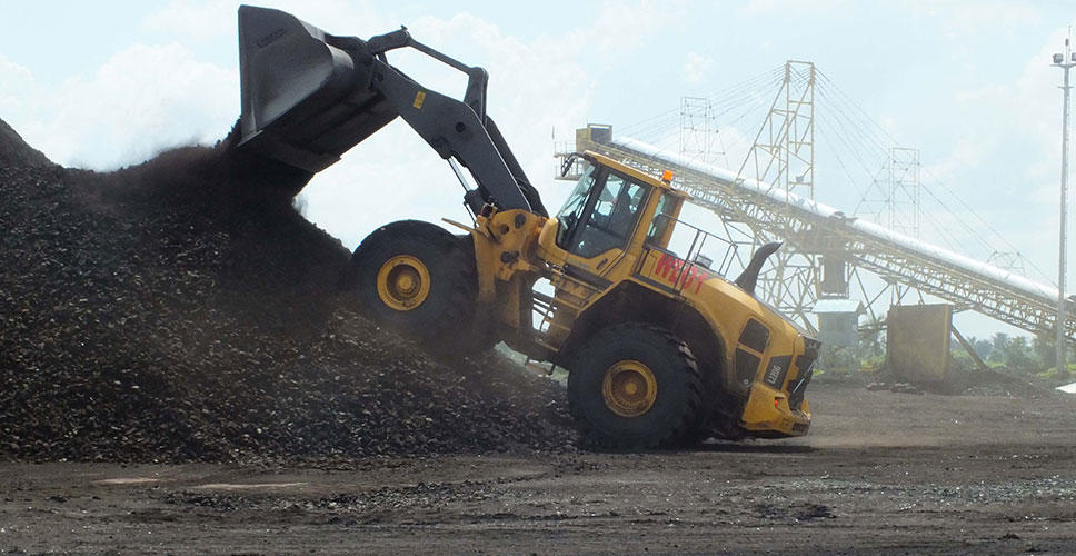 An L220G wheel loader transports coal
