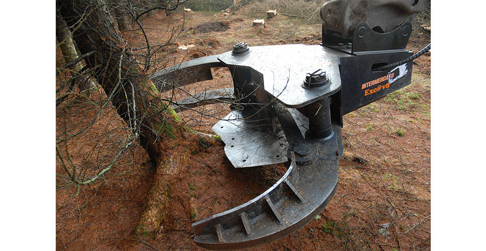 An 800kg Volvo tree shear is utilized with the EC140D LCM excavator for processing up to 1000 trees a shift.