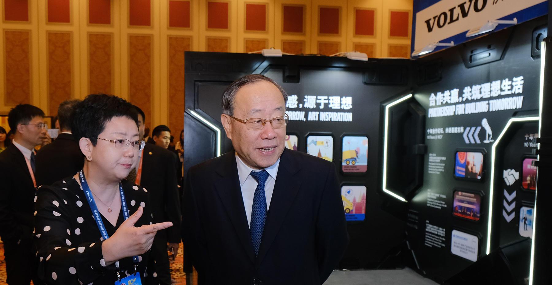 商务部副部长王炳南参观沃尔沃展位