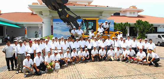 The Volvo World Challenge, Region APAC´s annual golf event for customers in Singapore, is growing for each year. Here is the largest part of the participants in front of the club house of Sentosa Golf Club together with a Volvo wheel loader
